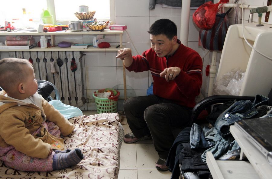 chinesefamilyof3livesing - Una familia lleva seis años viviendo dentro de un baño público en China